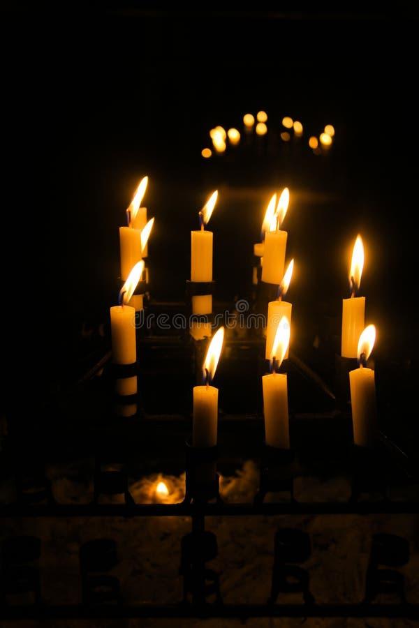 Kerzen erleichtern oben in einer indonesischen Kirche lizenzfreie stockfotos