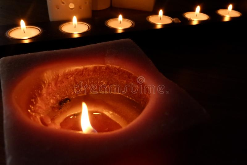 Kerzen für eine warme Beleuchtung stockfotografie