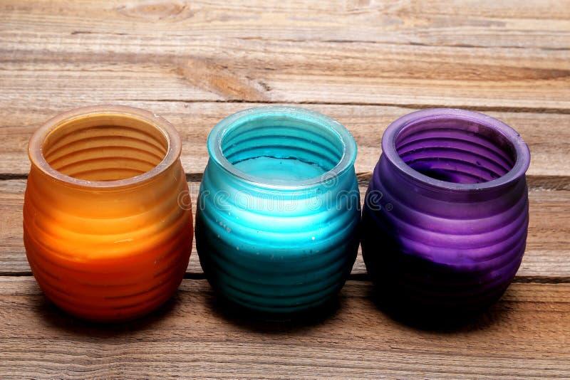 Kerzen in farbigen Glasgefäßen lizenzfreie stockbilder