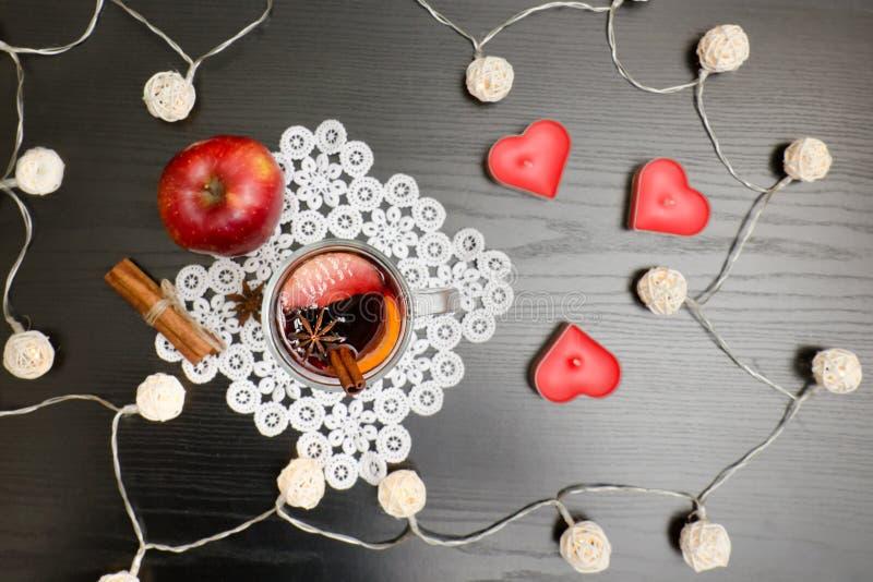 Kerzen in Form Herz Glühwein mit Gewürzen auf einem Spitzen- Na lizenzfreies stockfoto