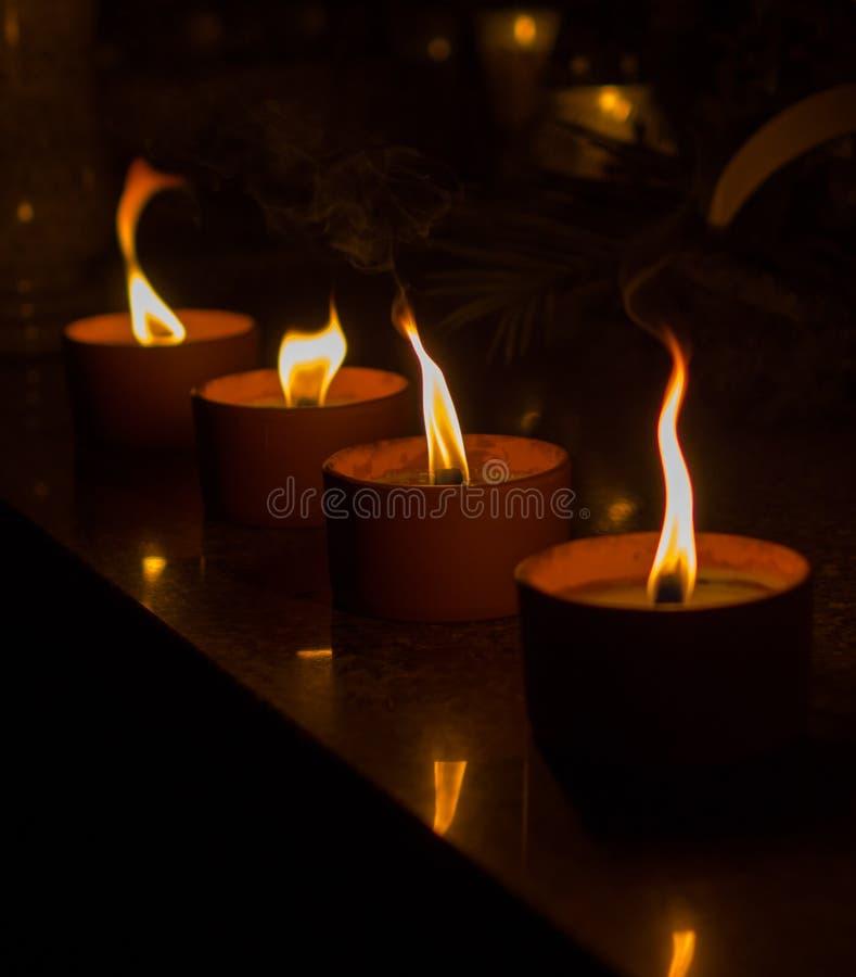 Kerzen am Grab an hallowen stockbild