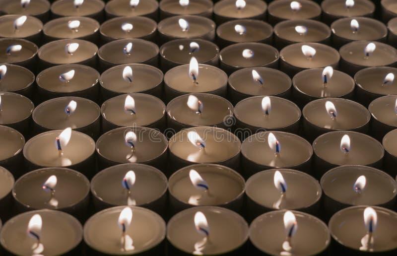 Kerzen heller Hintergrund Kerzenflamme nachts Feiertagskerzen schließen oben Glühender Hintergrund der abstrakten Kerzenlichter lizenzfreie stockbilder