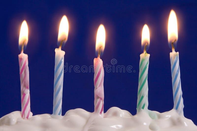 Kerzen im Kuchen stockfotografie