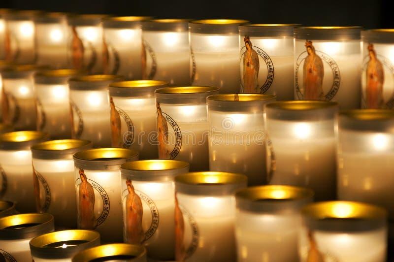 Kerzen im Notre-Dame de Paris stockfotos