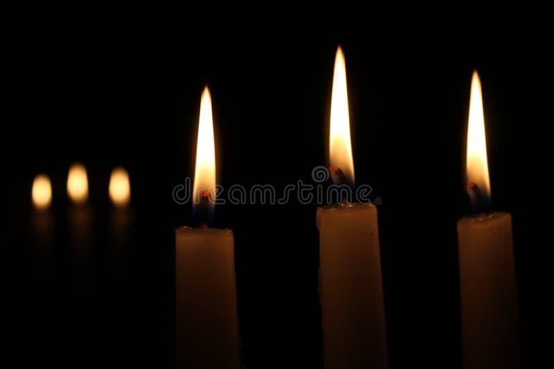 Kerzen im Spiegel stockbilder