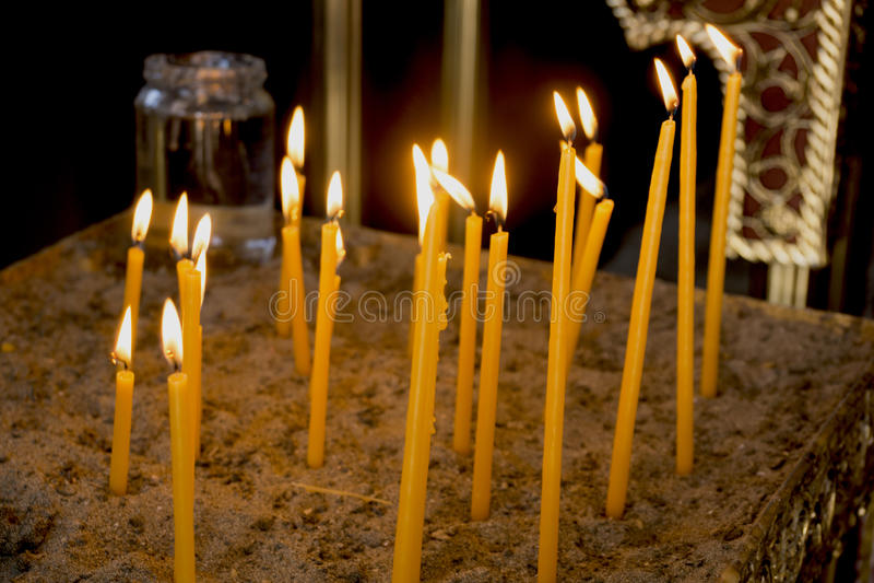 Kerzen im Tempel stockfotos
