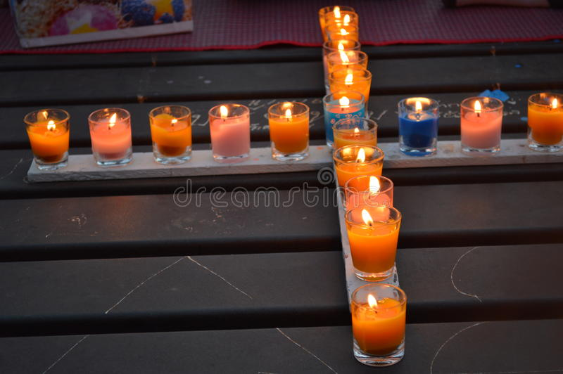 Kerzen-Kreuz lizenzfreie stockfotografie