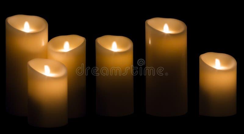 Kerzen-Licht, drei Wachs-Kerzen-Lichter auf schwarzem Hintergrund stockbild