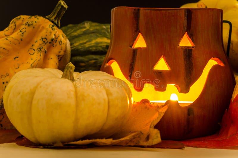 Kerzen-Lit Jack O& x27; Laterne und kleine Kürbise stockbild
