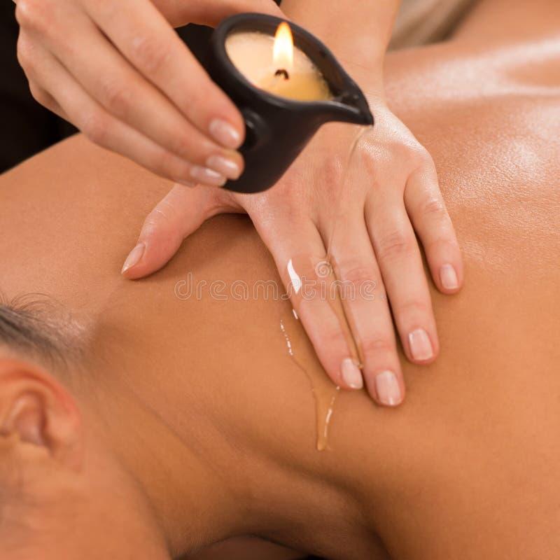 Kerzen-Massage-an Rückseite stockbild