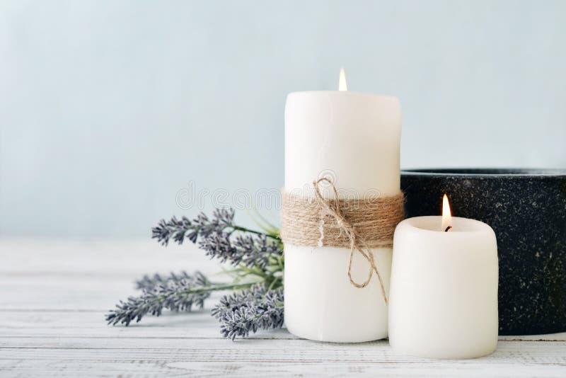 Kerzen mit Lavendel lizenzfreie stockfotografie