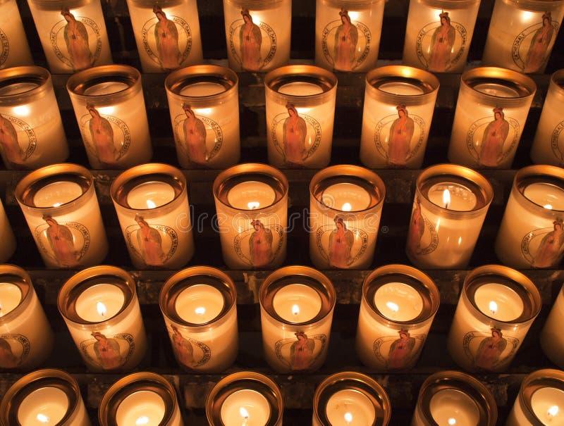 Kerzen am Notre Dame de Paris stockbild