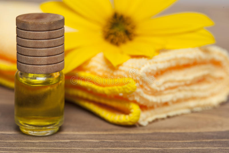 Kerzen, Tücher und Badzubehör lizenzfreie stockfotos