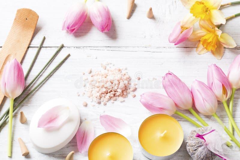 Kerzen, Tulpen, Seife und R?ucherst?bchen stockbild