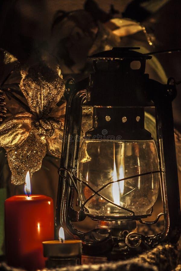Kerzen u. Kerosinlampe stockbild