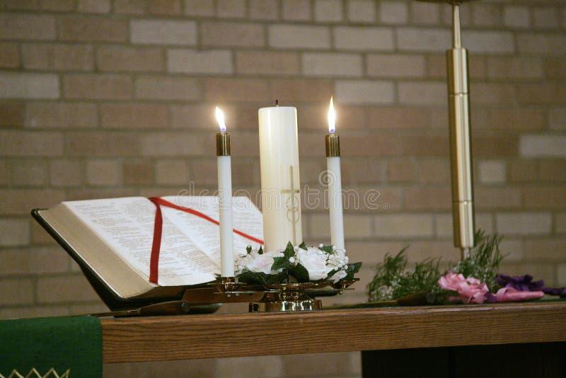 Kerzen und Bibel stockfotografie