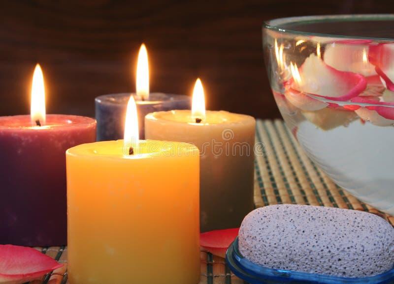 Kerzen und Blumenblätter im Glas lizenzfreies stockfoto