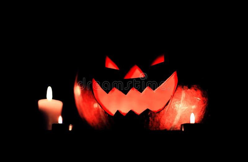 Kerzen und K?rbis f?r Halloween auf dunklem Hintergrund lizenzfreies stockfoto
