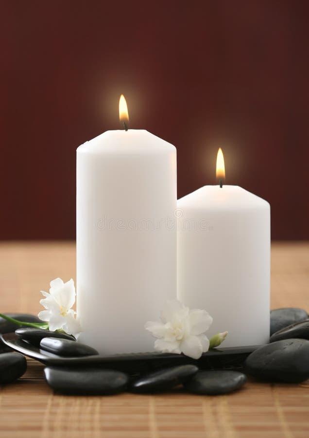 Kerzen und weiße lila Blume lizenzfreie stockfotografie