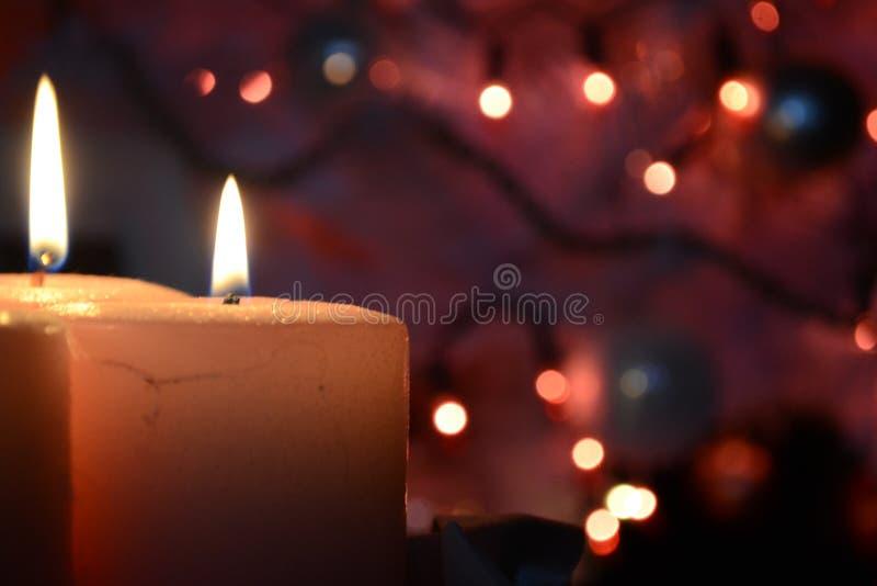 Kerzen und Weihnachtslichter stockbilder