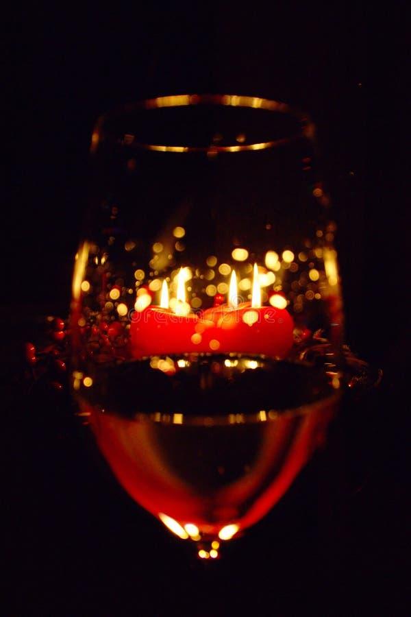 Kerzen und Wein-Glas stockfotografie