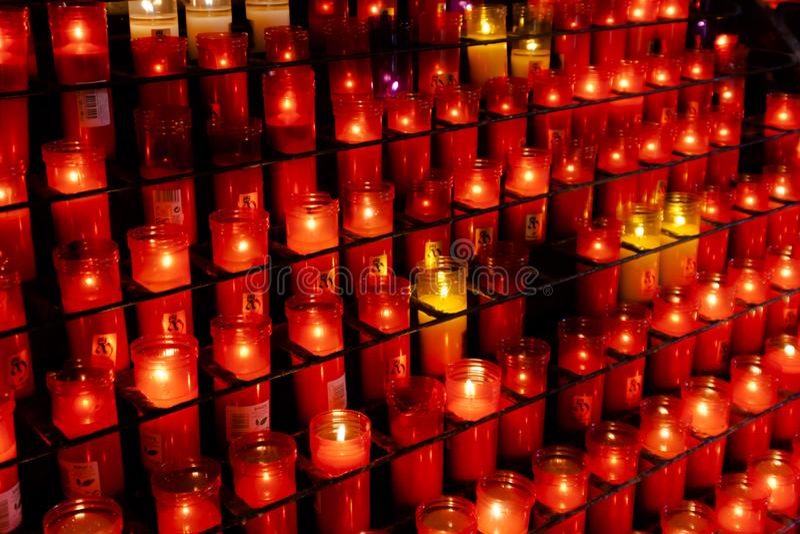 Kerzen verschiedene Farben, die an Kloster-La Virgen De brennen lizenzfreie stockfotos