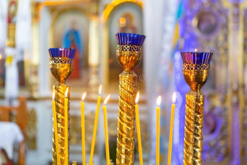 Kerzen vom natürlichen Wachsbrand in der Kirche stockfotos