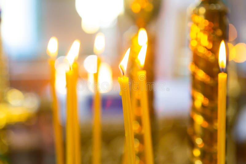 Kerzen vom natürlichen Wachsbrand in der Kirche stockbilder