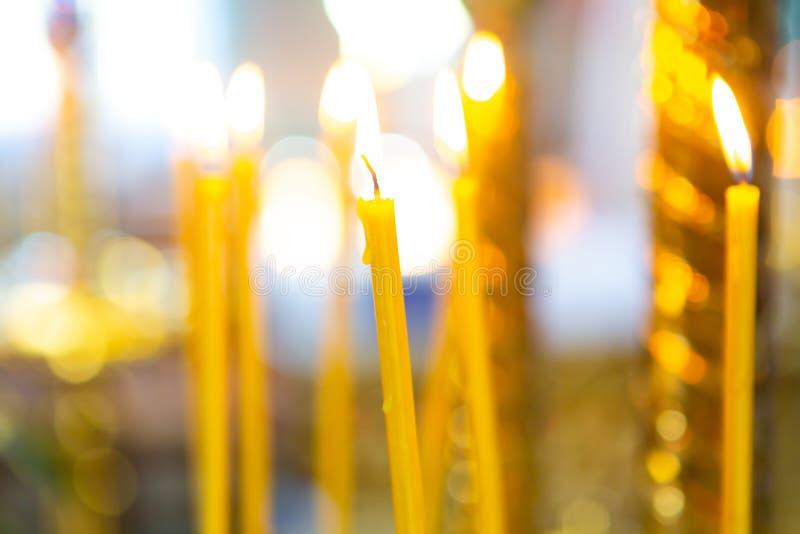 Kerzen vom natürlichen Wachsbrand in der Kirche stockfoto