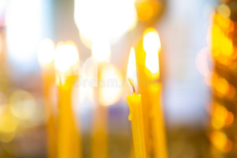 Kerzen vom nat?rlichen Wachsbrand in der Kirche stockbilder