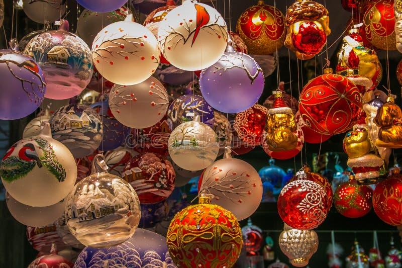 Kerzen-, Weihnachtsbälle und andere Weihnachtsartikel für Verkauf bei einem des christkindlmarkt von Salzburg-Stadt in Österreich stockfoto