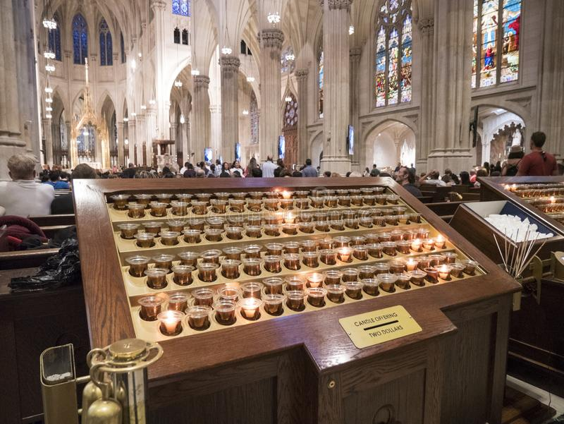 Kerzenangebote in St Patrick Kathedrale in New York City stockfoto