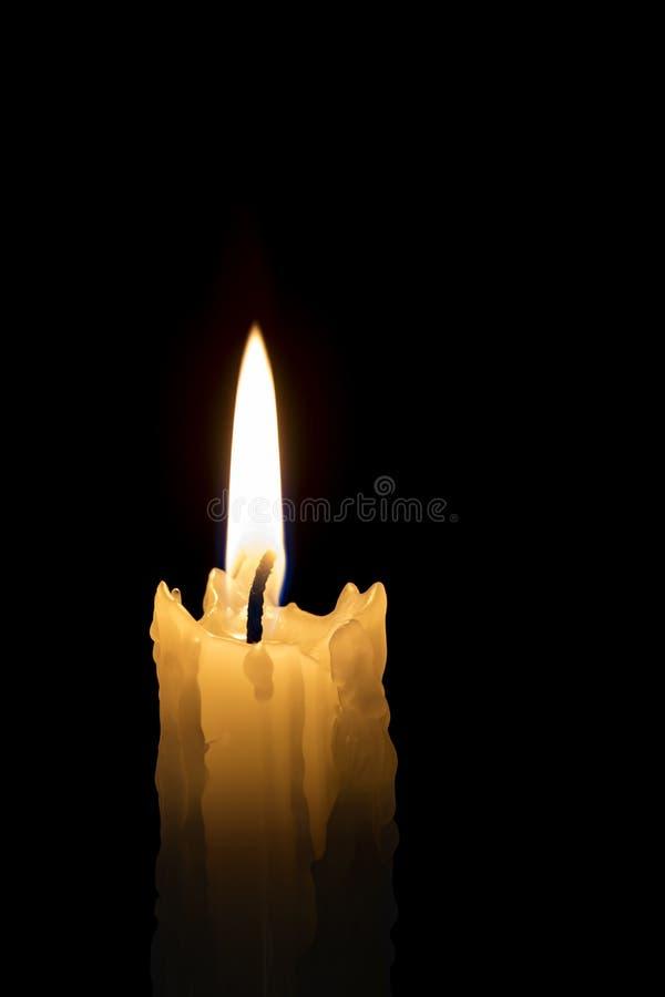 Kerzenflame mit schwarzem Hintergrund stockbild
