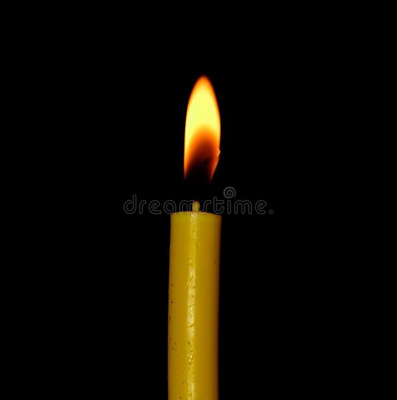 Kerzenflammennahaufnahme lokalisiert auf schwarzem Hintergrund stockfotos