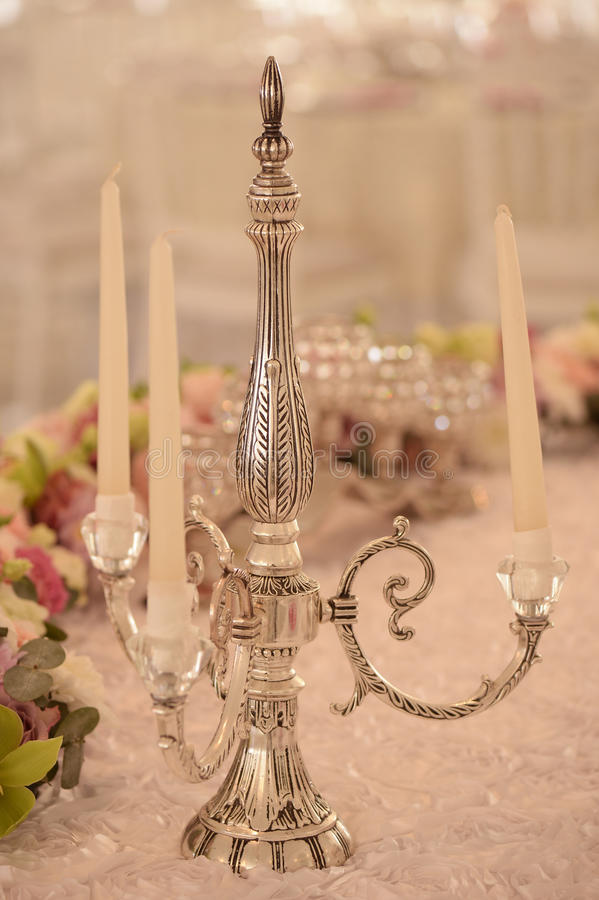 Kerzenhalter auf elegantem Abendtische lizenzfreies stockbild