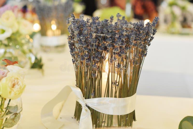 Kerzenhalter auf Tabelle stockfotografie
