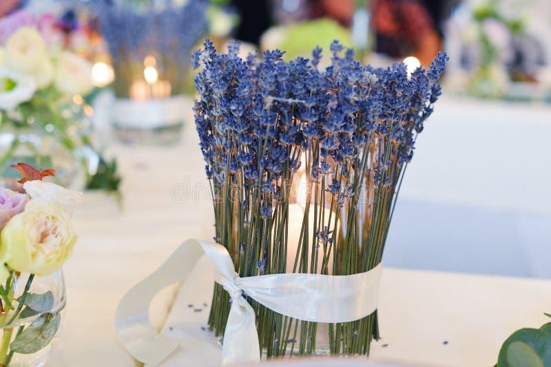 Kerzenhalter auf Tabelle lizenzfreies stockbild