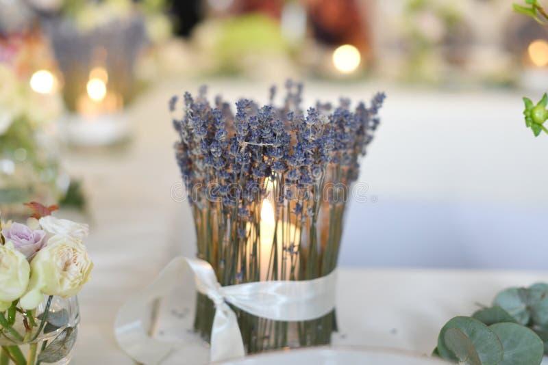 Kerzenhalter auf Tabelle lizenzfreie stockfotos