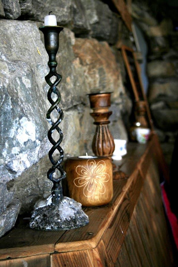 Kerzenhalter in einem rustikalen Café lizenzfreies stockbild