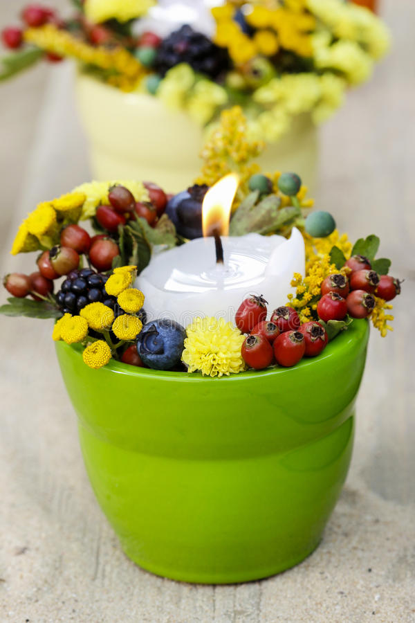 Kerzenhalter mit Herbstblumen stockbilder