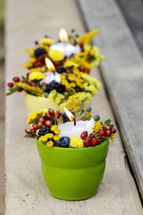 Kerzenhalter mit Herbstblumen lizenzfreie stockfotos