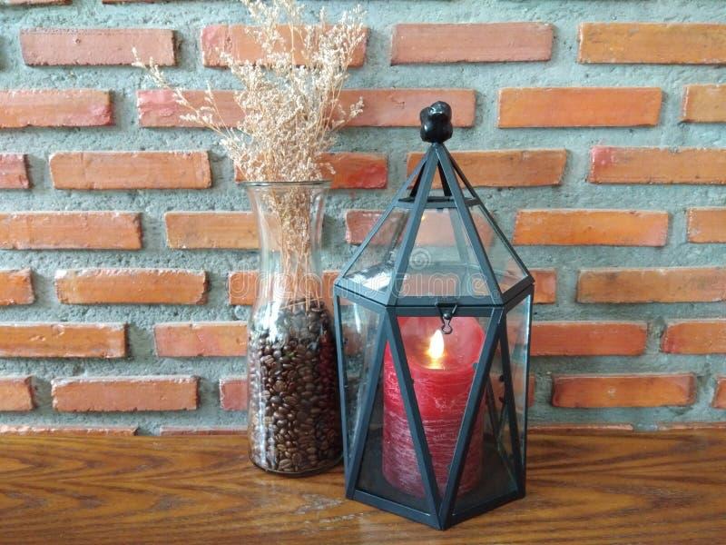 Kerzenlampe und trockene Blume stockfotos