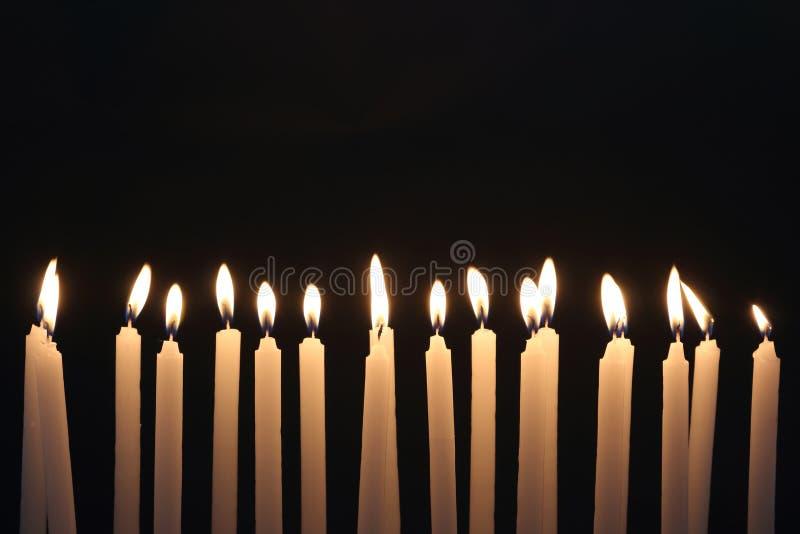 Kerzenlicht auf schwarzem Hintergrund lizenzfreie stockfotos