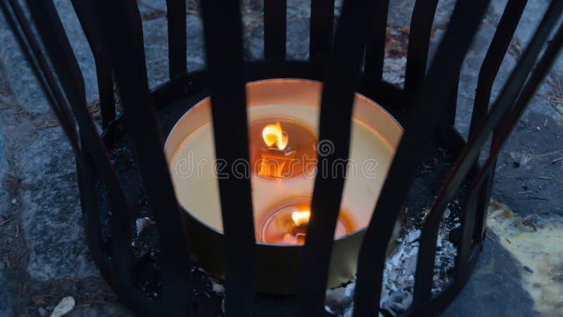 Kerzenlicht im Straßenkerzenhalter stockfotos