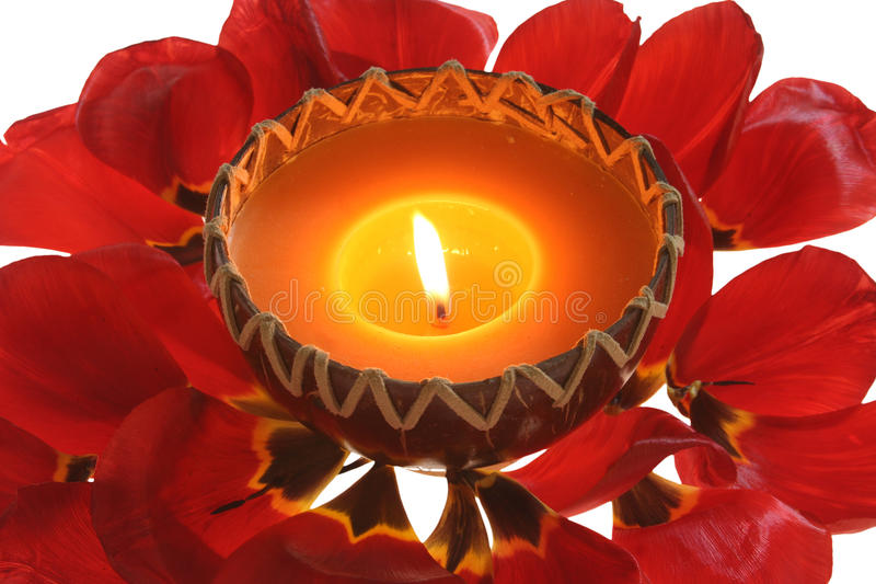 Kerzenlicht u. Blätter lizenzfreies stockfoto