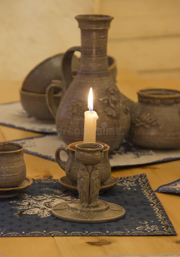 Kerzenständer auf dem Tisch lizenzfreies stockfoto