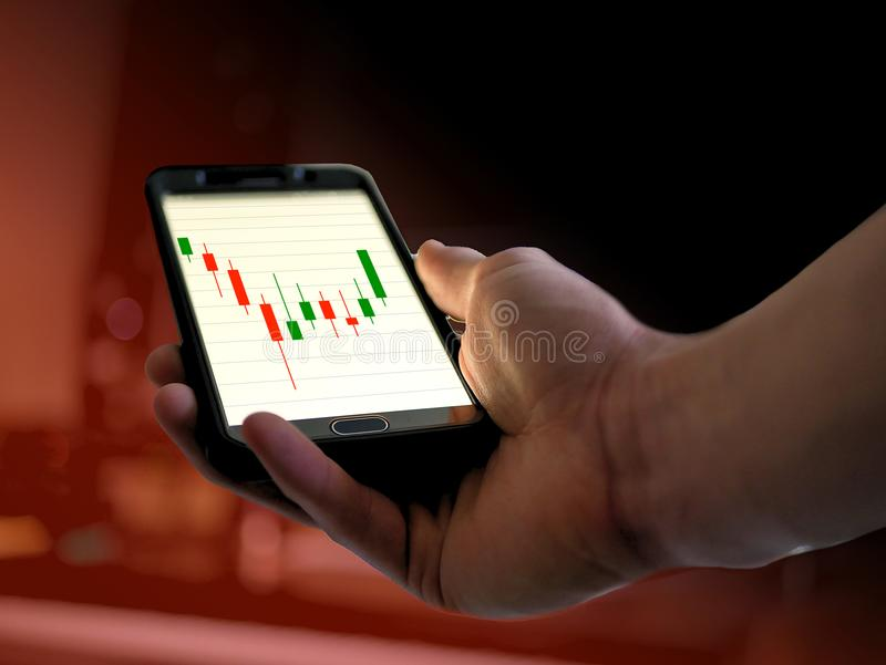 Kerzenständeraktienkurvegraphik der technischen Analyse am intelligenten Telefon für cryptocurrency, bitcoin, litecoin, ethereum lizenzfreie stockbilder