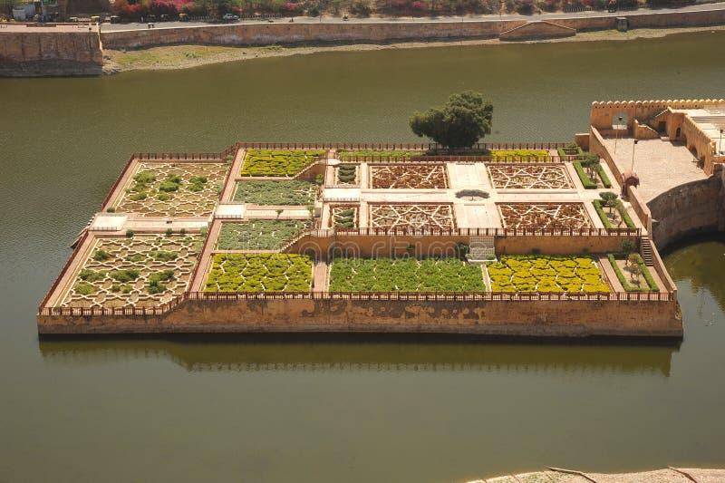 Kesar Kyari trädgårdar från den bärnstensfärgade slotten, Jaipur, Indien royaltyfri foto
