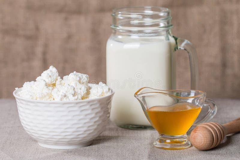 Keso med mjölkar och honung arkivbild