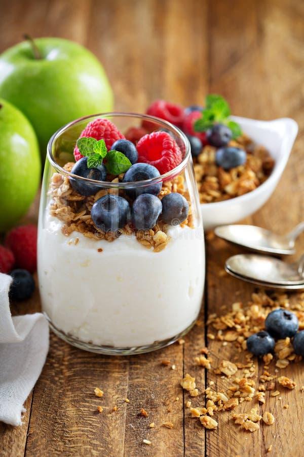Keso och yoghurtparfait med granola royaltyfria bilder